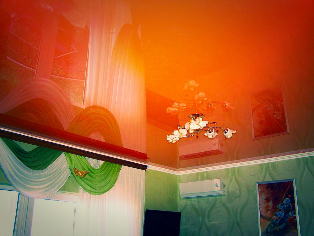 натяжные потолки фото для кухни глянцевые