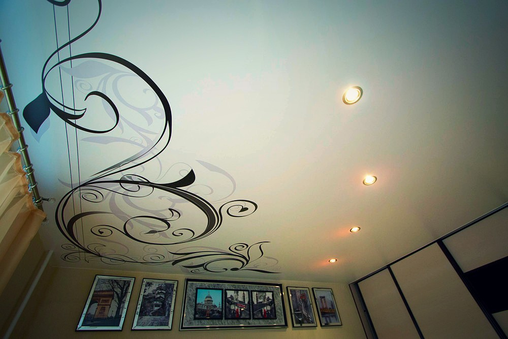 фото потолок с рисунком